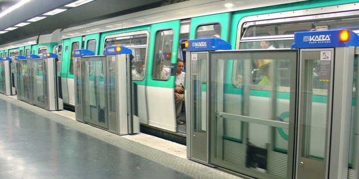 <p>Usi de securitate la metroul din Paris</p>