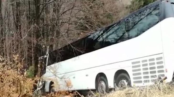 Noi imagini cu autocarul care s-a prăbuşit în râpă la Cheile Grădiştei