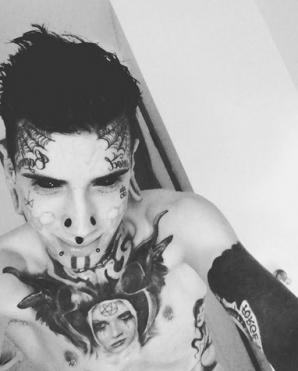 Şi-a îmbrăcat corpul în tatuaje şi l-a crestat în fel şi chip. Cum arăta înainte? A şocat mai mult! / Foto: Instagram