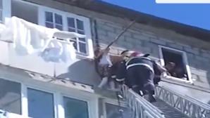 O fetiţă de 7 ani atârna în gol de la etajul 5. L-a sunat pe tatăl ei. Ce a urmat