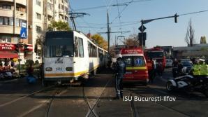 Accident între două TRAMVAIE în Capitală. O persoană a fost rănită grav