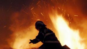 Incendiu devastator în Prahova. Arde un depozit cu peste 300 de tone de materiale plastice
