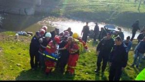 Accident: cu mașina în râu