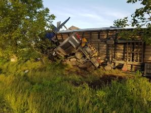 Un TIR încărcat cu lemne s-a făcut praf! Două persoane au fost rănite. Imagini spectaculoase