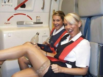 Ce fac stewardesele după ce trag perdeaua şi ajung la piloţi. Parcă s-ar turna un film pentru adulţi