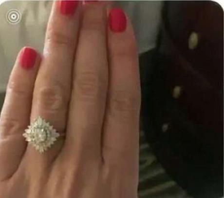 Imagini XXX, trimise din greșeală. A vrut să se laude cu inelul de logodnă, dar a comis-o
