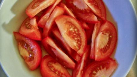 Adaugă acest ingredient în salata de roşii. Îi vei schimba complet gustul! Cine s-ar fi gândit?