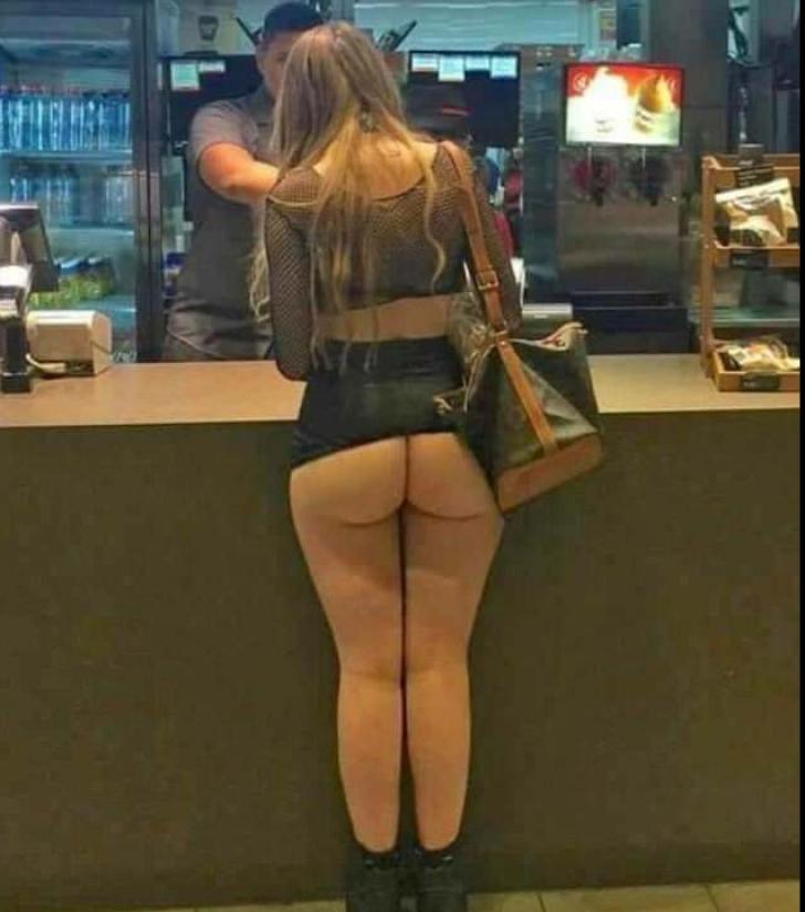 Femeie dezbrăcată în magazin