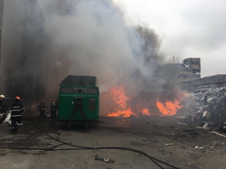 Incendiu devastator în Prahova. A ars un depozit cu peste 300 de tone de materiale plastice