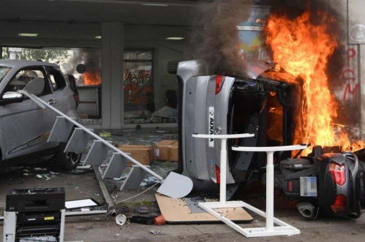Violențe la Paris de 1 Mai. Mașini în flăcări, gaze lacrimogene, un McDonalds devastat