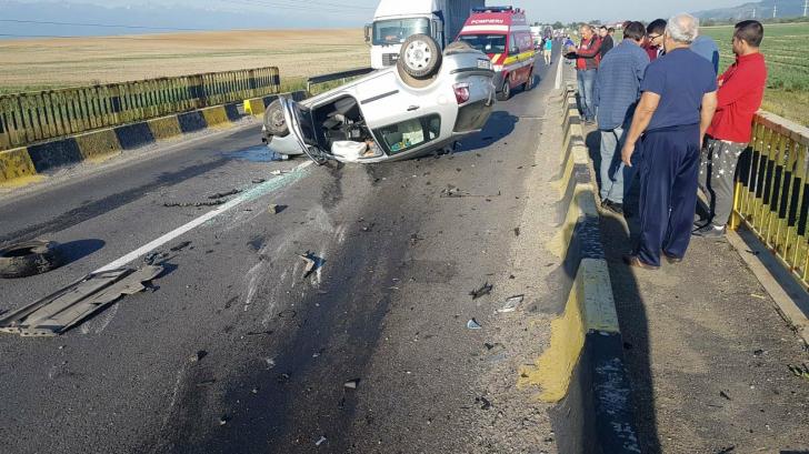 Accident grav pe DN1. Două mașini s-au ciocnit frontal
