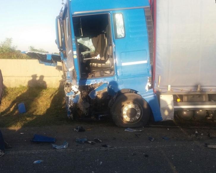 Accident teribil în Suceava:un mort. Maşina s-a izbit dintr-un autocar plin cu pasageri într-un TIR / Foto: suceavanews.ro