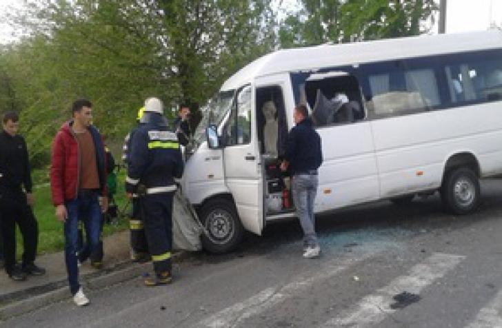 Microbuz plin cu copii, implicat într-un accident rutier