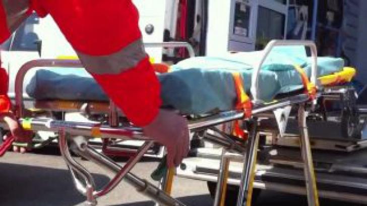 Muncitor român, transportat în cod roșu la spital, după ce a căzut de pe un acoperiș