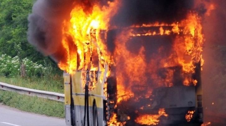 Autocar în flăcări