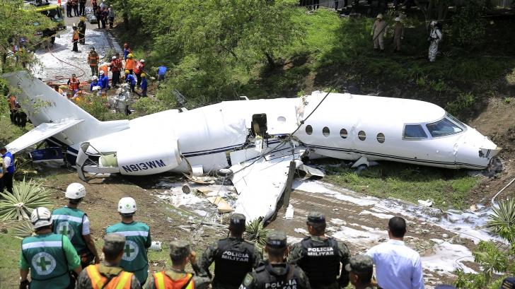 Panică: un avion s-a rupt în două, după ce a ratat aterizarea