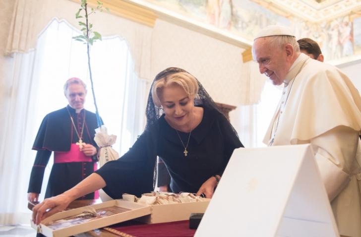 Care a fost reacţia Papei după ce a primit seminţele de ceapă de la Viorica Dăncilă