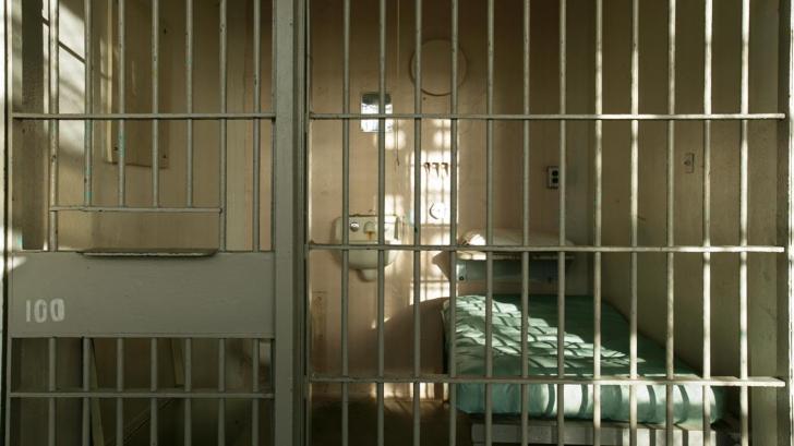 Au găsit un deţinut mort în celula lui.Gardienii au verificat camera, au ÎNCREMENIT ce-au descoperit