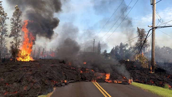 O autostrada din Hawaii, închisă în urma unei scurgeri de lavă. Imagini înfricoşătoare