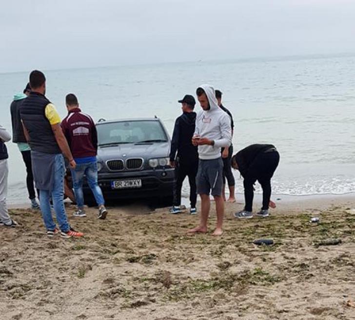 Aroganţă în Vama Veche. Un şofer din Brăila şi-a dus BMW-ul pe plajă, până la valurile mării