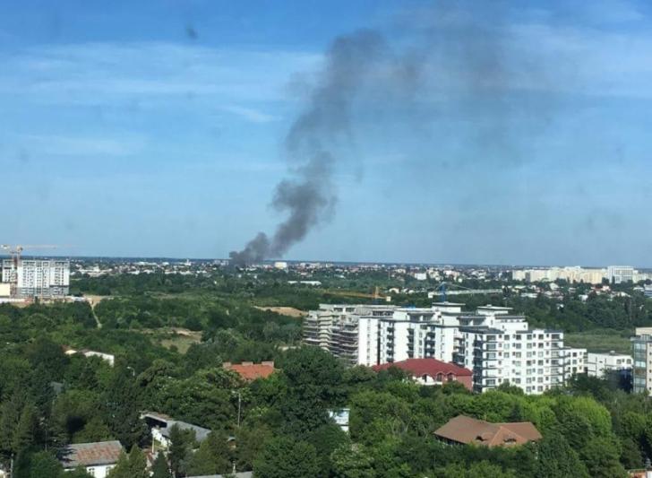Incendiu de proporţii în Bucureşti, pompierii au intervenit în forţă (VIDEO)