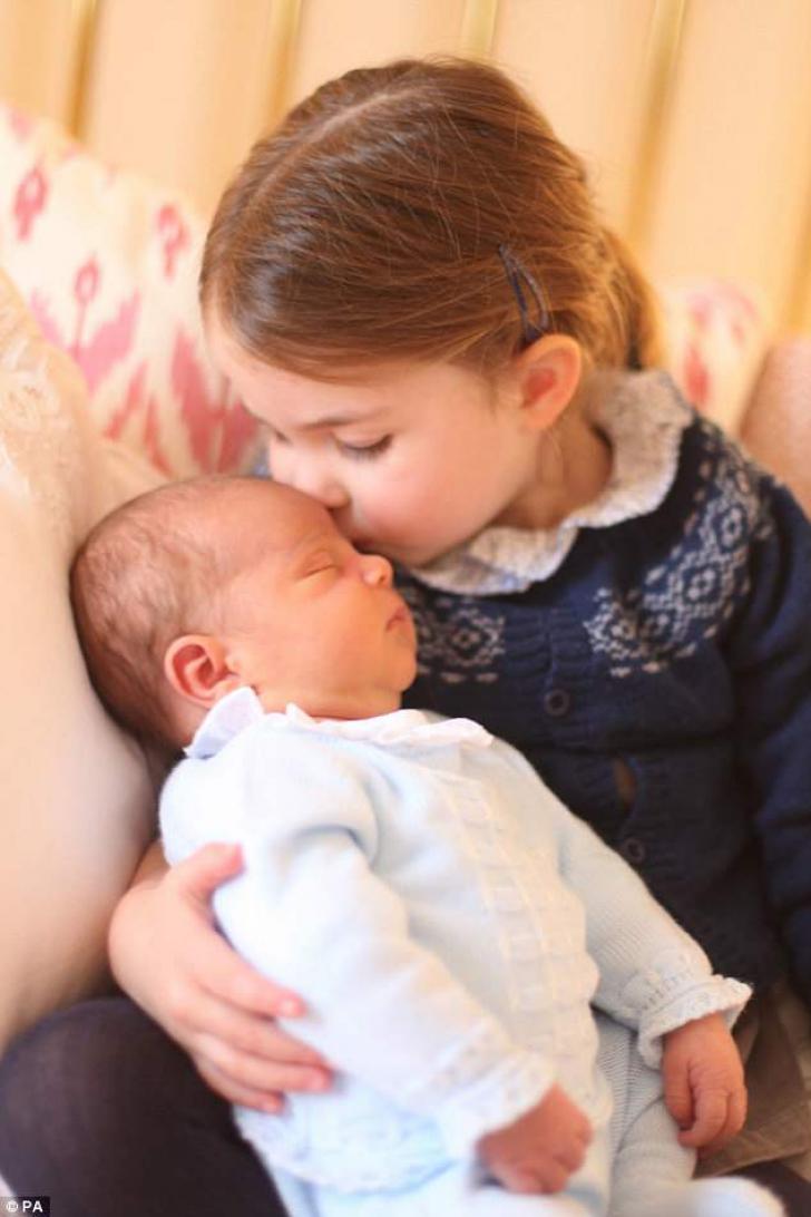 Primele imagini oficiale cu prinţul Louis, fotografiat alături de prinţesa Charlotte