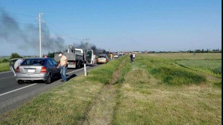 Accident grav la Recaş, mașină în flăcări pe șosea, oameni în panică
