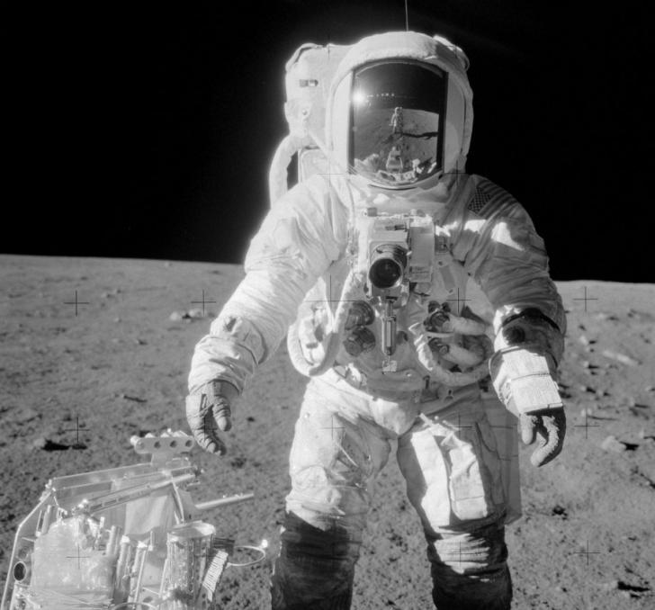 """A murit """"al patrulea om care a păşit pe Lună""""! Misterul celei mai celebre poze lunare"""