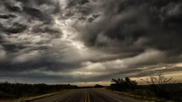 ALERTĂ METEO de fenomene EXTREME. Cod PORTOCALIU şi cod GALBEN de furtuni şi vijelii