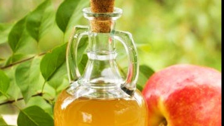 Pune oțet de mere într-un pahar și lasă-l în casă. Motivul este genial!
