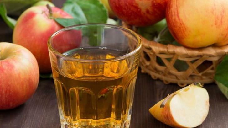 Bea o gură de oţet de mere înainte de culcare. Va face minuni peste noapte!