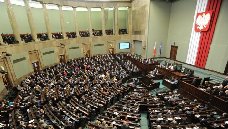 Sub presiunea populației, parlamentarii polonezi își votează reducerea salariilor