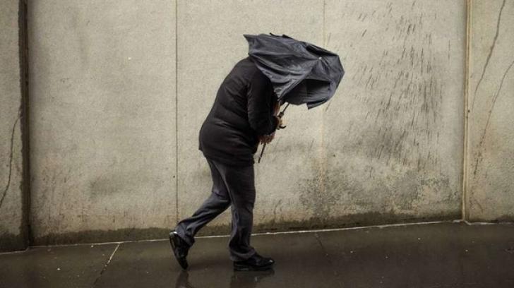 Furtunile pun stăpânire pe ţară. COD GALBEN de vijelii şi grindină