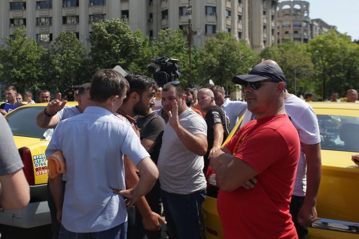 Centrul Capitalei, blocat: Violenţe la protestul taximetriștilor în Piața Constituției