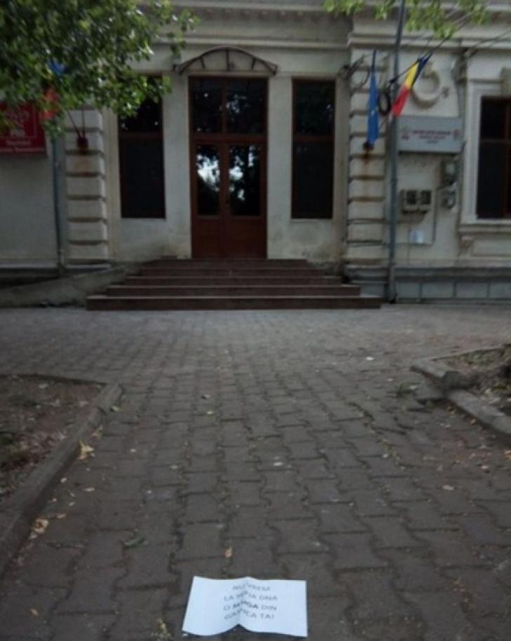 Mesaj uluitor lăsat de un protestatar anonim în faţa sediului PSD Teleorman