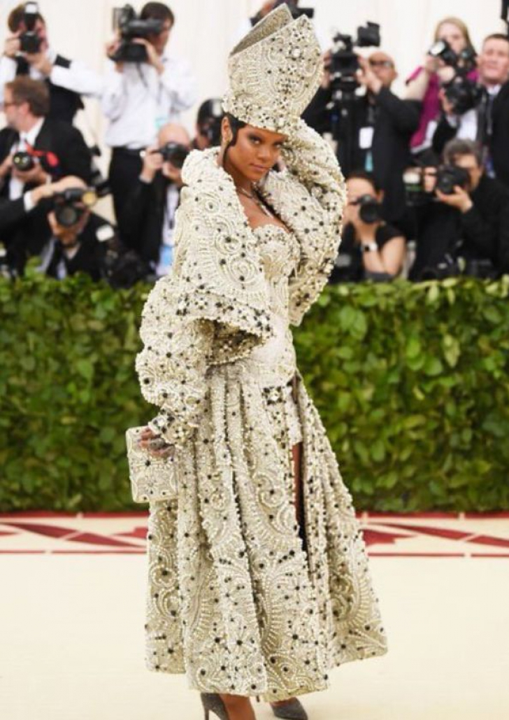 MET GALA 2018. Rihanna, intr-o tinuta ca Papa. WOW!