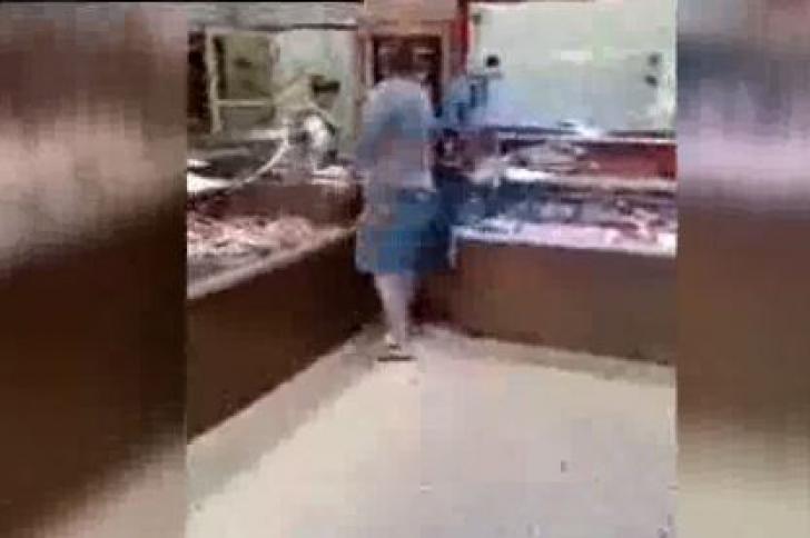 Scandal-monstru la măcelărie. Un client acuză angajații că spală carnea cu detergent