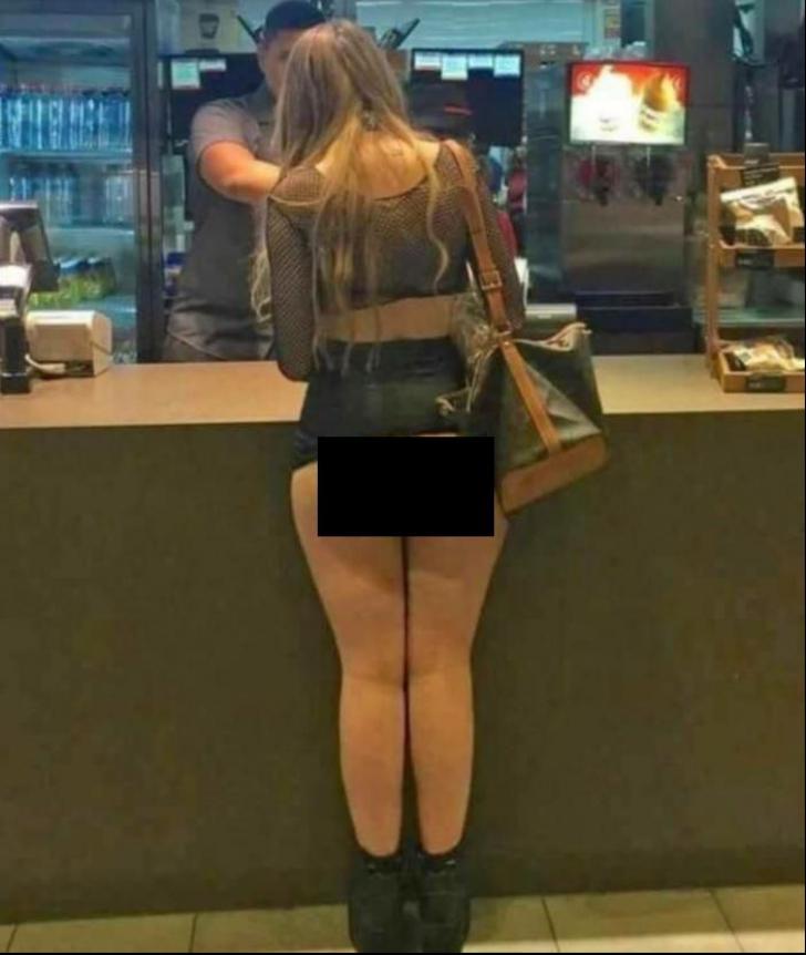 Imagine scandaloasă. Cu fusta până în talie!  Așa a mers o tânără la un restaurant fast-food