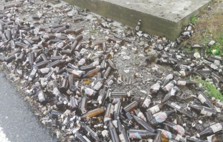 Trafic îngreunat în Dâmbovița, după ce un TIR cu bere s-a răsturnat pe șosea