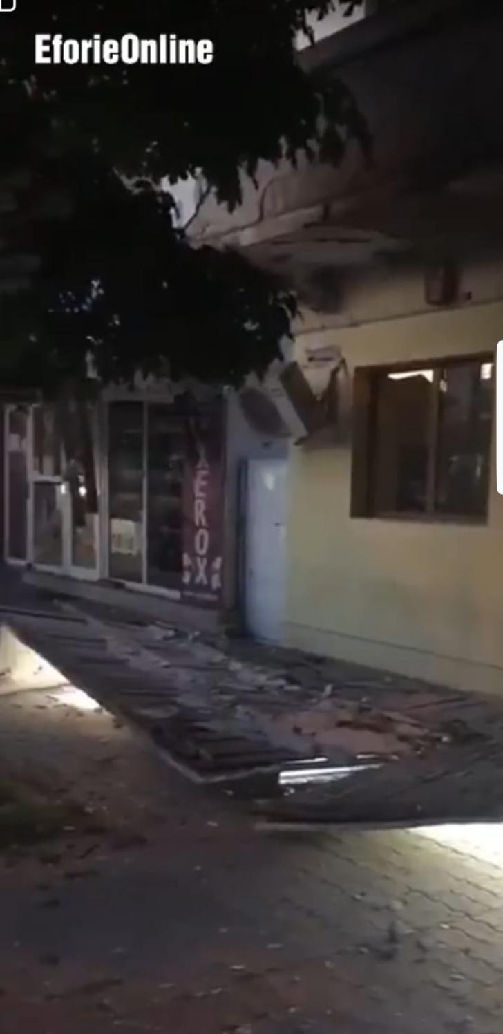 Şocant! Plafonul unei bănci s-a prăbuşit în plină stradă