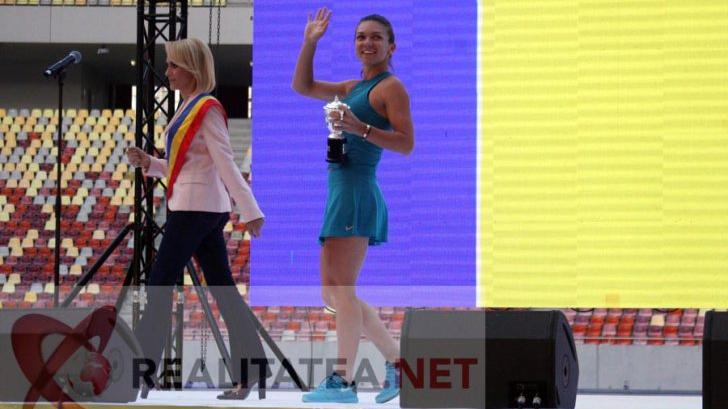 Simona Halep si Gabriela Firea, pe Arena Nationala, la revenirea sportivei de la Roland Garros. Foto: Cristian Otopeanu