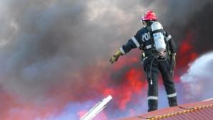 Un incendiu puternic a izbucnit la un depozit de mobilă din Aiud