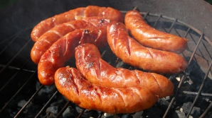 Cârnaţii din comerţ conţin 30-40% carne. Lista ingredientelor ascunse. Ce mănânci, de fapt