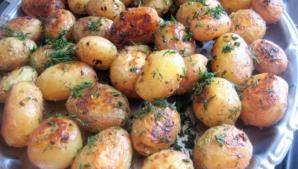 Cartofi noi la cuptor cu smântână, mărar şi usturoi. Cea mai bună reţetă