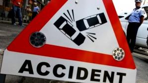 Un microbuz cu 17 adolescenţi a fost lovit de un TIR