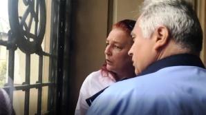 Două femei s-au bătut pe treptele Primăriei Craiova: mama unui elev a lovit un profesor
