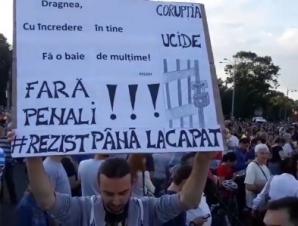 """""""Cod roşu de OUG"""". Noi proteste în Piaţa Victoriei şi în ţară: """"Nu vrem să fim conduşi de hoţi!"""""""