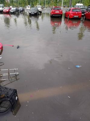Străzi inundate în Bucureşti, după codul galben de furtună