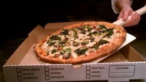 """A comandat pizza şi a plusat: """"Trimite şi una goală!"""". Când a deschis uşa, mai să leşine!"""