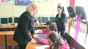Exemplu de dedicare profesională: profesoară nevăzătoare, învaţa copii nevăzători să citească